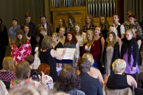 2012-06-01 Körsång från skolavslutningen i kammarmusiksalen. FOTO: KJELL LANDIN